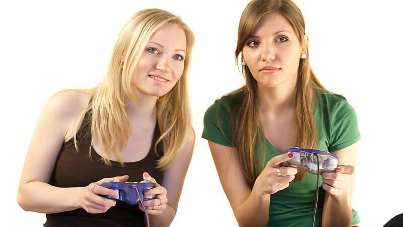 Zwei Freundinnen mit Controllern spielen Videospiel