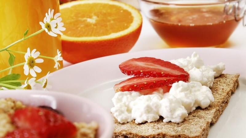 Nahaufnahme gesundes Frühstück mit Knäckebrot und Früchten
