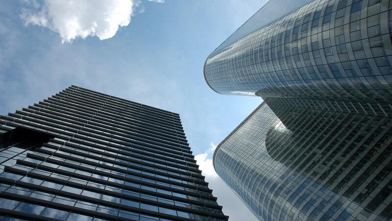 Gebäude - Zwei Wolkenkratzer unter blauem Himmel