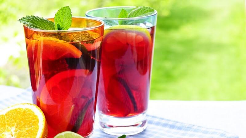 Frucht Punsch in Gläsern auf Tisch