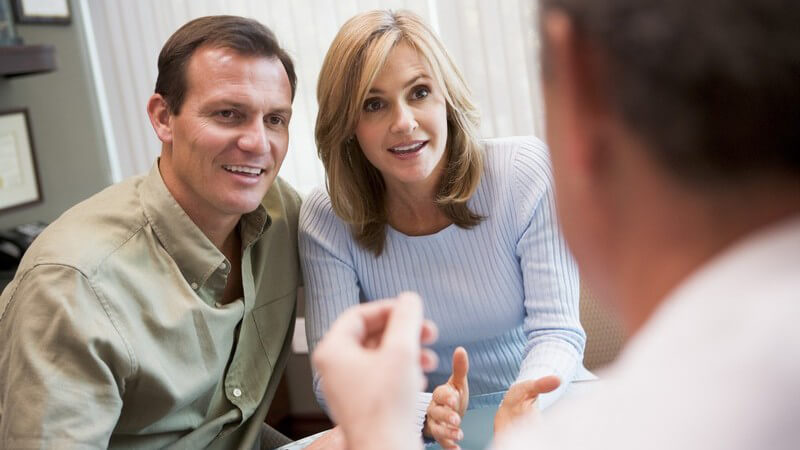 Paar beim Arztgespräch für eine künstliche Befruchtung