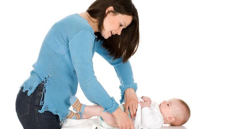 Mutter wickelt ihr Baby