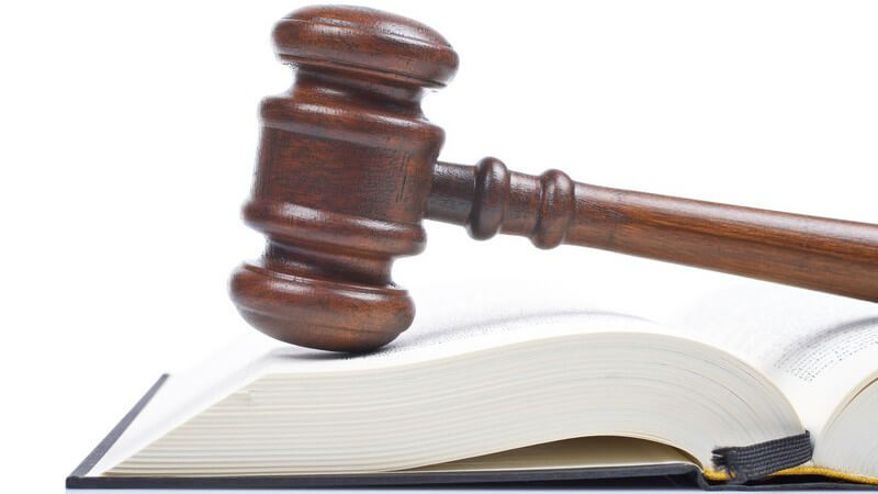 Richter Hammer auf Gesetzesbuch