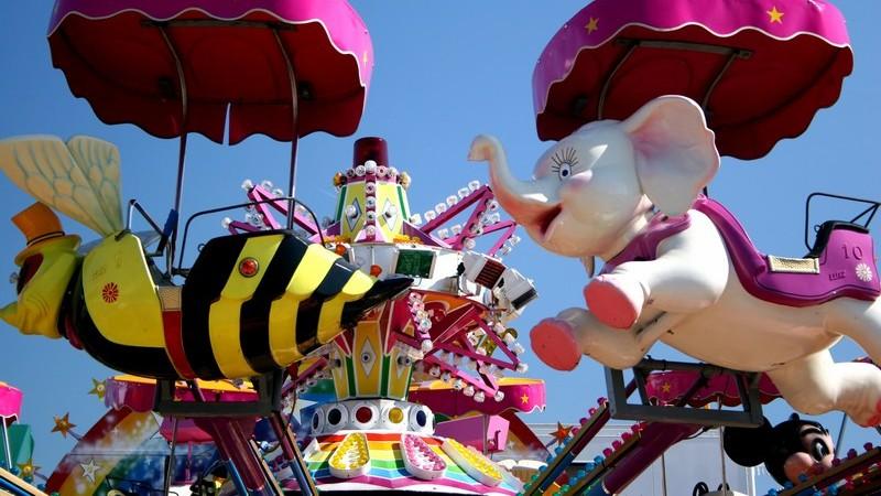 Buntes Kinderkarussel, Kabinen als Biene und Elefant