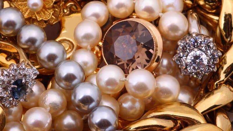 Goldschmuck, Perlenketten und Diamantringe