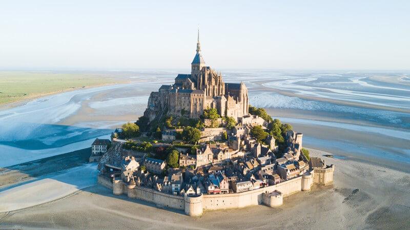 Luftaufnahme von Le Mont-Saint-Michel im französischen Wattenmeer bei Ebbe