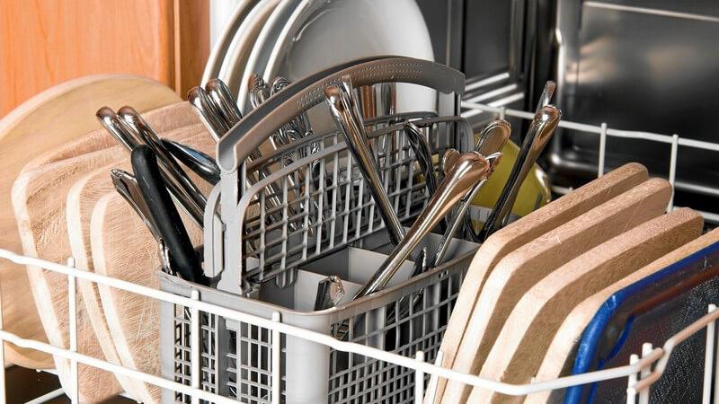 Spülmaschine mit Geschirr, Besteck und Holzbrettern