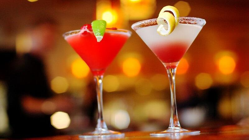 Zwei Cocktails in Gläsern auf Theke