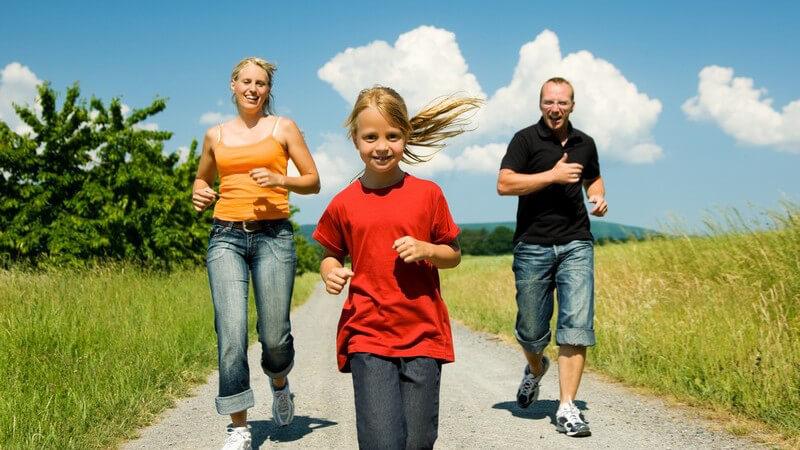 Eltern mit jungem Mädchen beim Joggen
