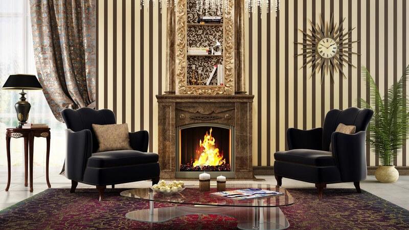 Edles Wohnzimmer mit Kamin und antiken Möbeln und Teppich