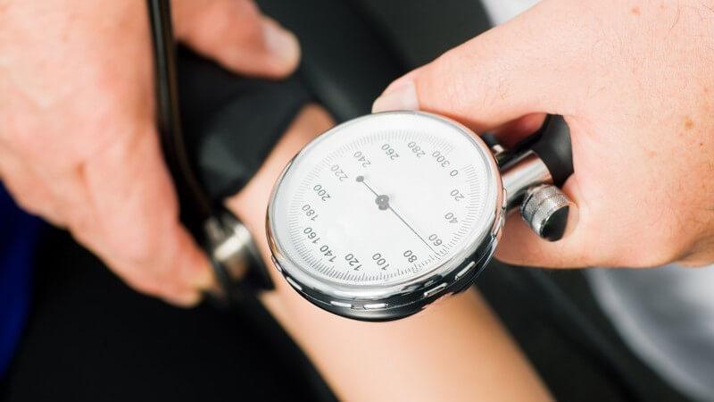 Blutdruckmessung mit einem Blutdruckmessgerät mit großem Ziffernblatt