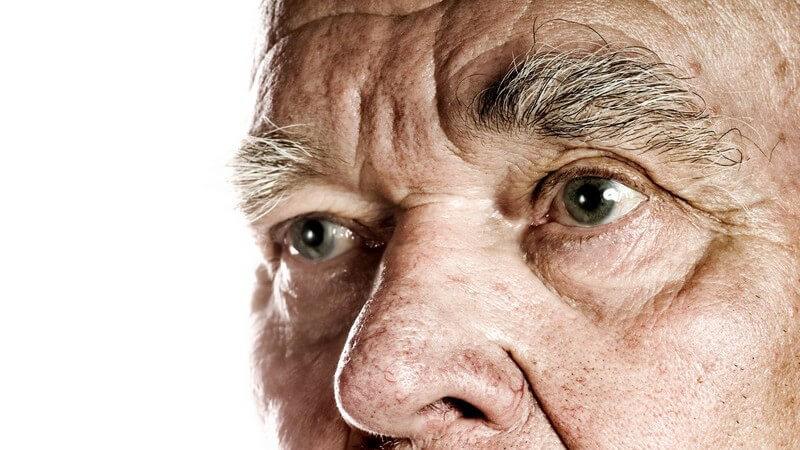 Nahaufnahme Gesichtsausschnitt eines alten Mannes, weißer Hintergrund