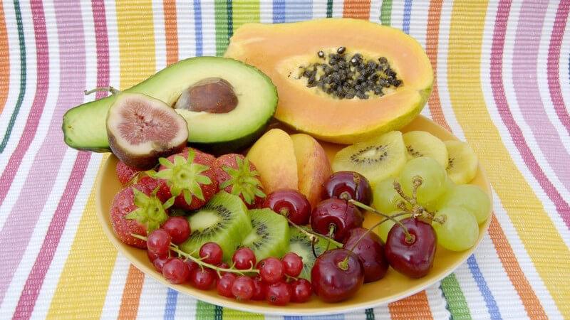 Teller mit verschiedenen Sorten Obst und Avocado