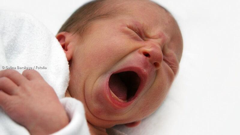ᐅ Bauchschmerzen beim Baby: Woran erkennt man sie und wann