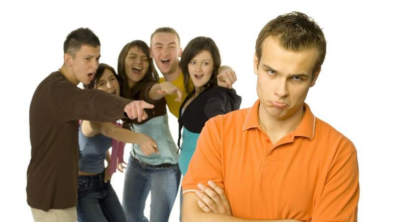 Jugendlicher wird von Gruppe von Jungendlichen ausgeschlossen und ausgelacht