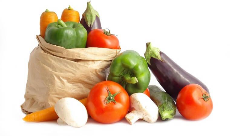 Tüte mit Mix aus frischem Gemüse wie Tomaten, Auberginen, grüne Paprika