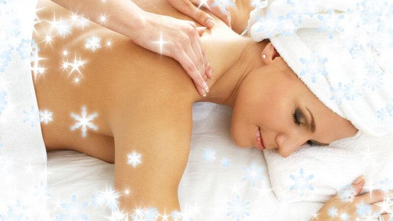 Frau bekommt Nackenmassage, winterliche Grafik, Schneeflocken