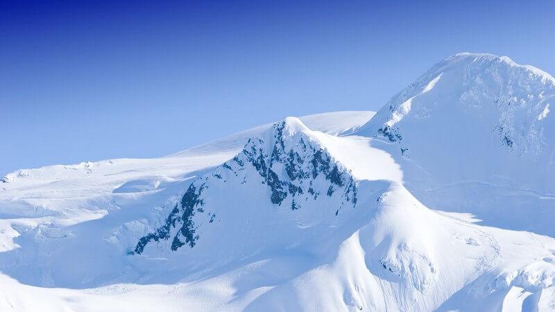 Landschaftsbild verschneite Bergspitzen