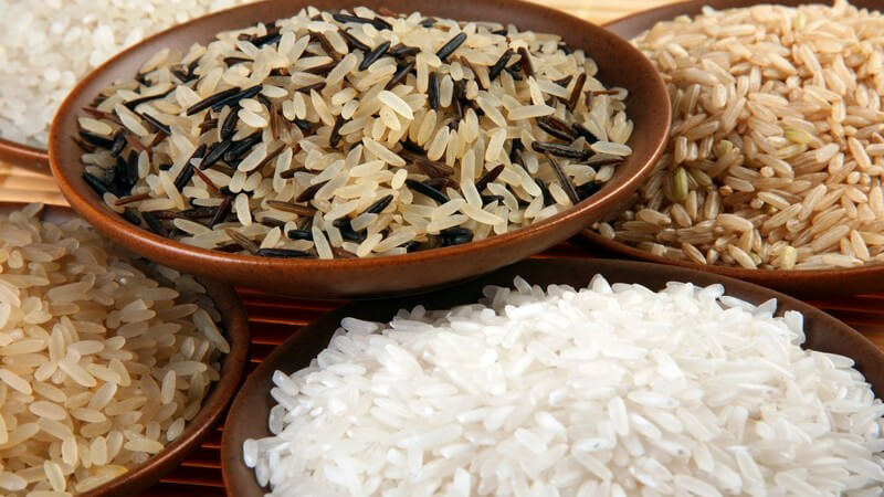Verschiedene Reissorten in Holzschalen