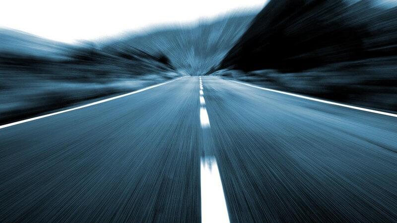 Ausblick auf Landstraße bei hoher Geschwindigkeit