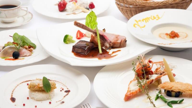 Mehrere Teller mit Delikatessen