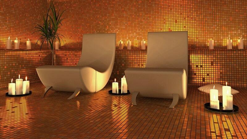 Wellness-Oase, Luxus, gekachelter Raum, Entspannungsliegen, Kerzenlichtbeleuchtung, Spa