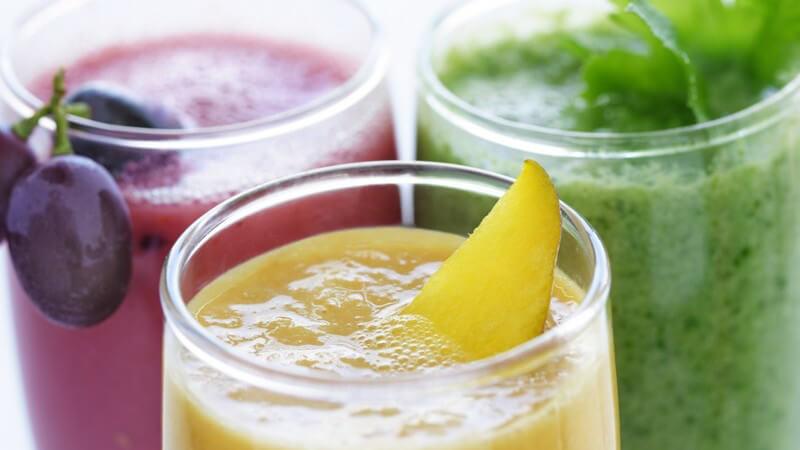 Smoothies in lila, gelb und grün im Glas