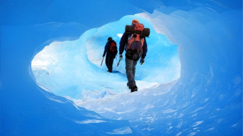 Männer beim Wandern durch Eishöhle
