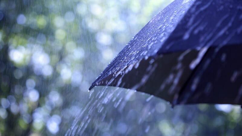 Ausschnitt eines Regenschirms im Regen