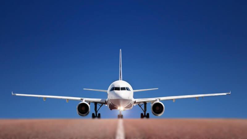 Flugzeug von vorne, auf einer braunen Landebahn