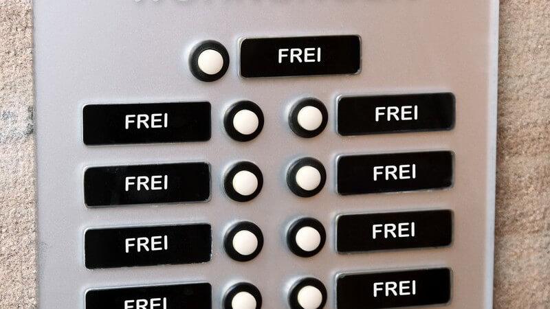 """Klingel-Schild an Wohnungswand, bei jeder Klingel steht """"frei"""""""
