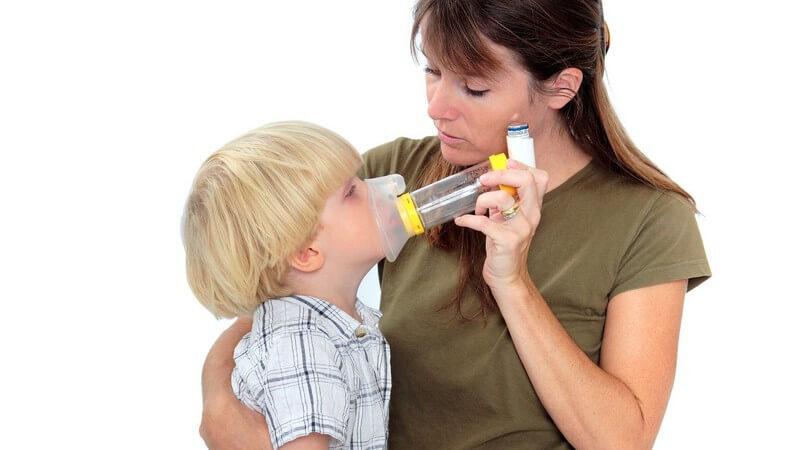 Mutter hält Beatmungsgerät an den Mund ihres kleinen Sohnes