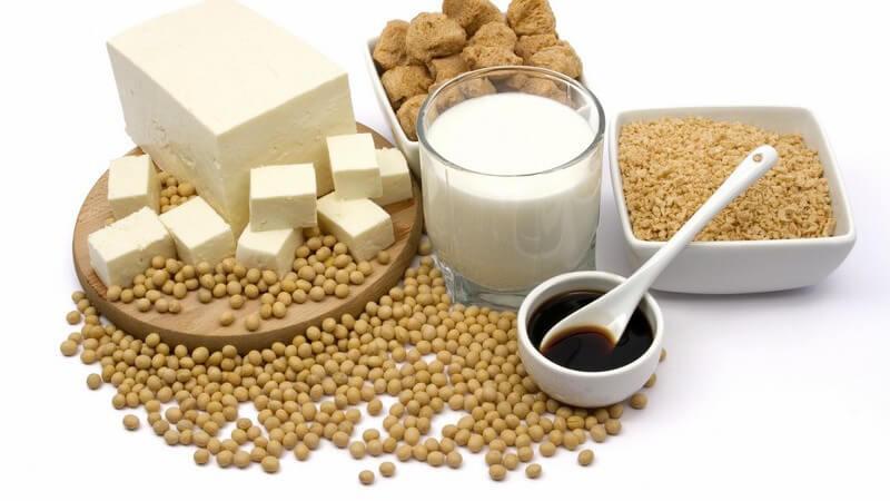 Auswahl an Sojaprodukten wie Sojamilch, Sojasoße auf weißem Hintergrund