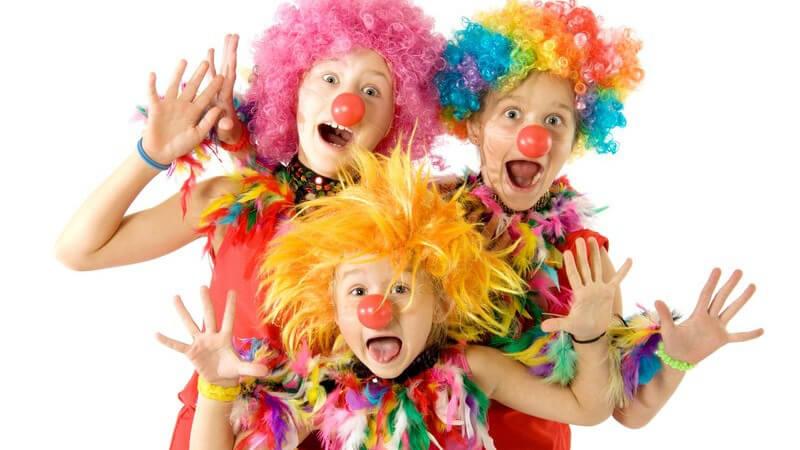 Drei Personen in Karnevalskostümen als Clowns