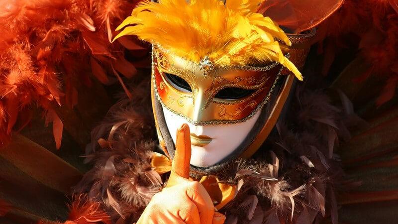 Venezianische Karnevalsmaske in Rottönen