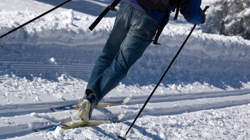Skilangläufer im Schnee, Jeans