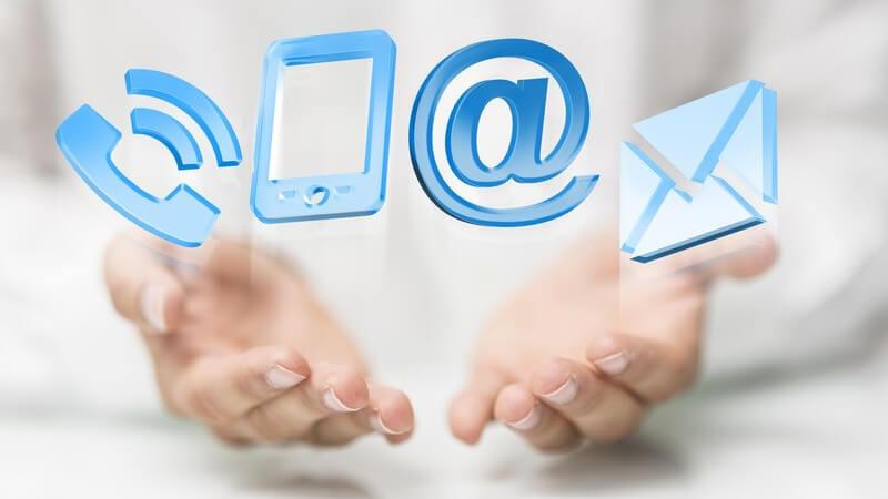 Moderne Kommunikation - Telefonieren, Email, SMS - Symbole unter geöffneten Händen