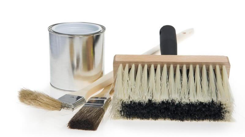 Malerbedarf - Pinsel, Farbe auf weißem Hintergrund