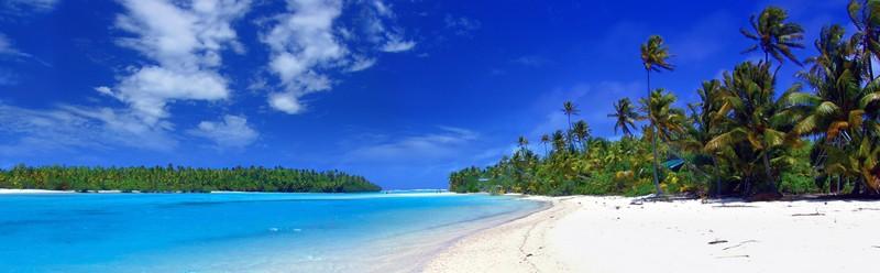 Panorama von Lagune mit Palmen, weißem Strand und azurblauem Meer