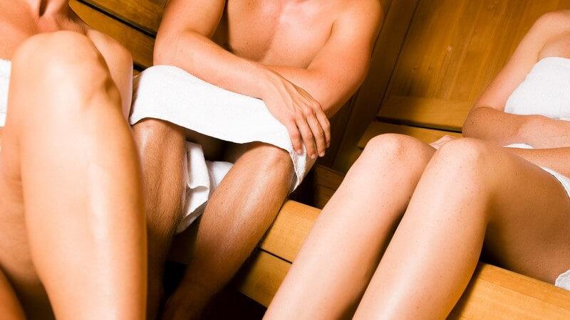 Körperausschnitt Freunde in weißen Handtücher in der Sauna