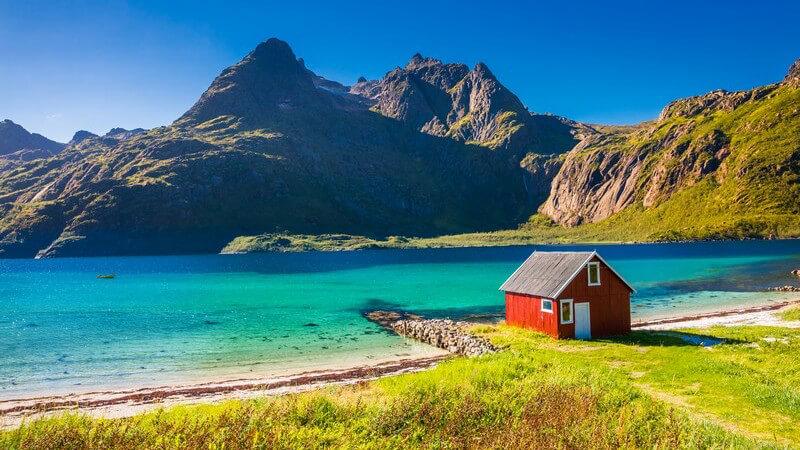 Lofoten vor der Küste Norwegens: Hütte am Strand des Trollfjords