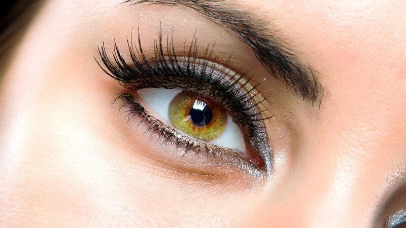 Nahaufnahme rechtes geschminktes Auge einer jungen Frau