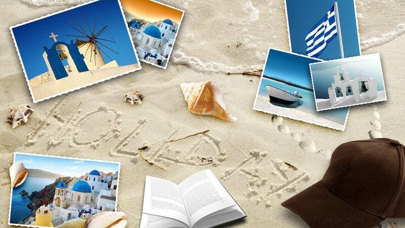 """Postkarten, Buch, Kappe, Muscheln am Strand, """"Holiday"""" in Sand geschrieben"""