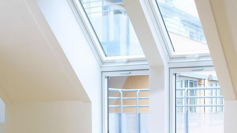 Dachfenster einer Wohnung mit Parkettboden