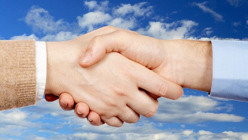 Handschlag, Frau und Mann geben sich Hände
