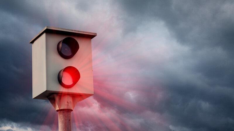 Blitzanlage an Straße unter grauem Himmel, Geschwindigkeitskontrolle