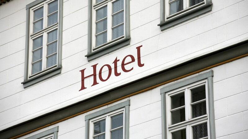 Weiße, ältere Hauswand mit der Aufschrift Hotel