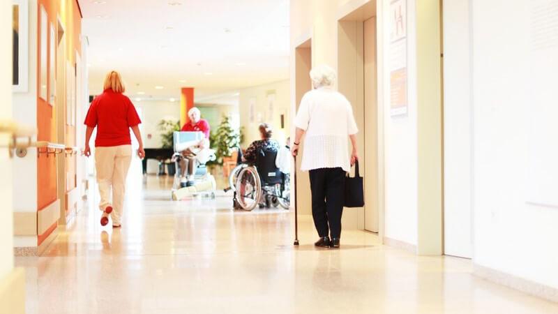 Einsicht in den Flur eines Altenheims oder Pflegeheims mit Senioren