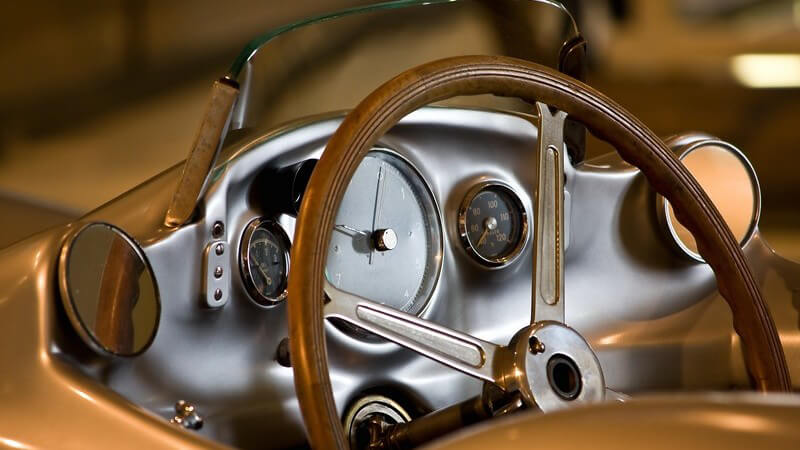 Lenkrad und Armatur eines Oldtimer-Sportwagens