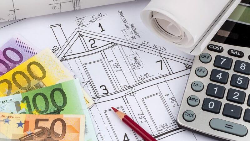 Hausbau und Finanzierung: Skizze, Grundriss, Geldscheine und Taschenrechner